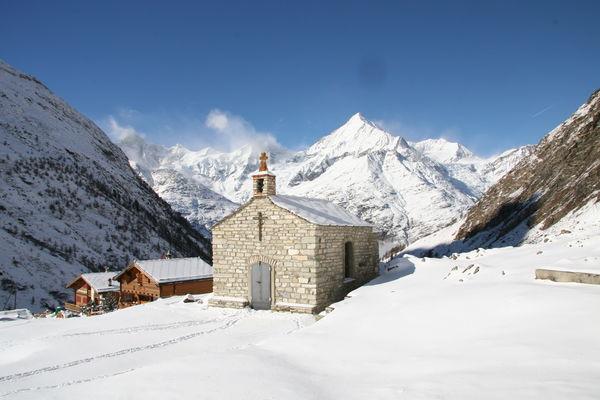 Die Kapelle auf der Täschalp ist im Winter dem rauhen Wetter ausgesetzt.
