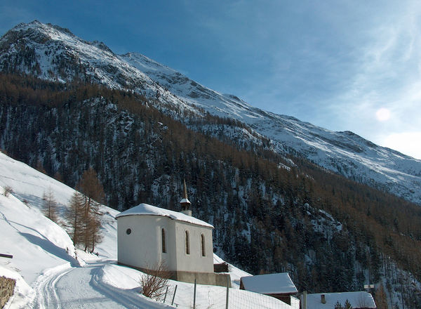 La chapelle sur Täschberg - un détour qui en vaut la peine même en hiver.