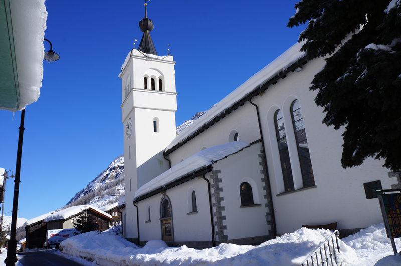 Die Kirche von Täsch dominiert das Dorfzentrum.