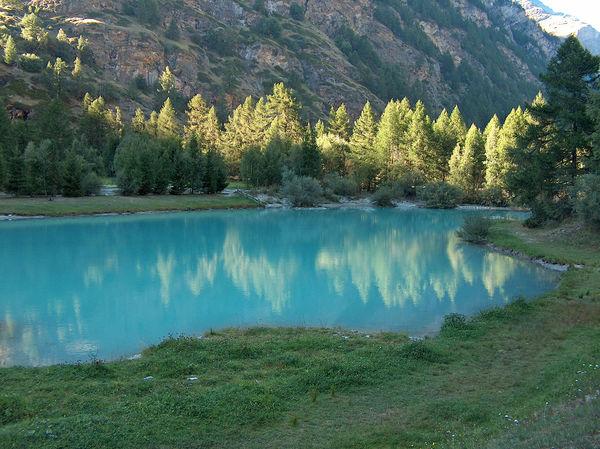 Der Schalisee, zwischen Täsch und Randa: in türkisblau, mit heller Trübung von der Gletschermilch, dem Wasser, das direkt von den Gletschern in den See fliesst.