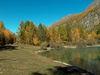 Idylle am Schalisee: mit Lärchen in Herbstfarbenpracht.