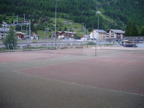Zwei Tennisplätze und ein Beachvolleyballfeld laden zur sportlichen Aktivität ein.