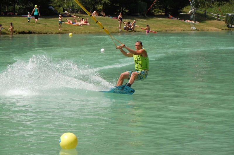 Ski nautique dans le Haut-Valais: ce ski n'est disponible que sur le Schalisee.