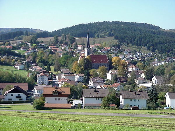 Gut 15 km nordwestlich von Regen liegt am Zusammenfluss der Teisnach und des Schwarzen Regens Teisnach, eine 3010 Einwohner zählende Gemeinde.