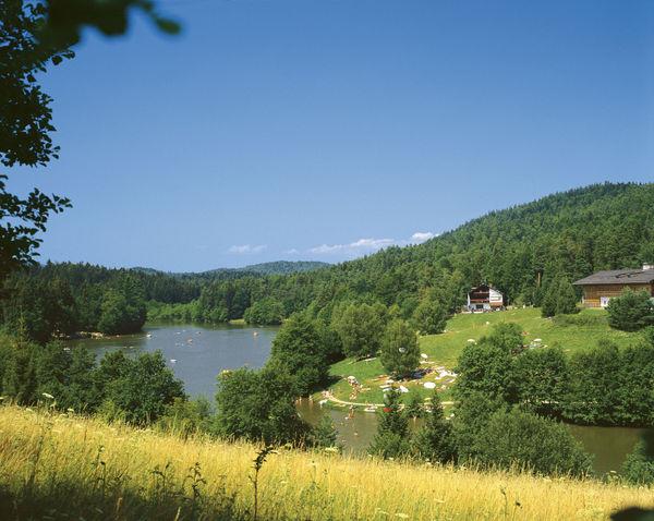 Blick auf den Dreiburgensee im Ilztal und Dreiburgenland