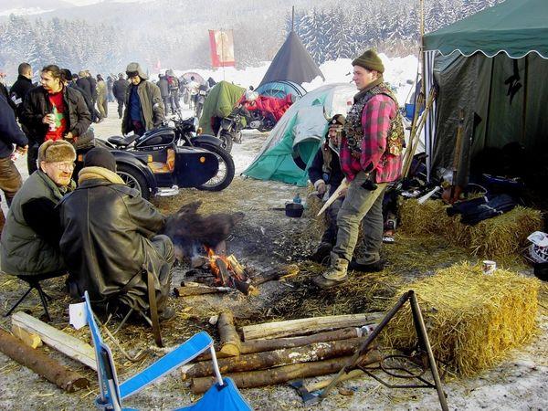Aufwärmen der Biker am Lagerfeuer beim Elefantentreffen
