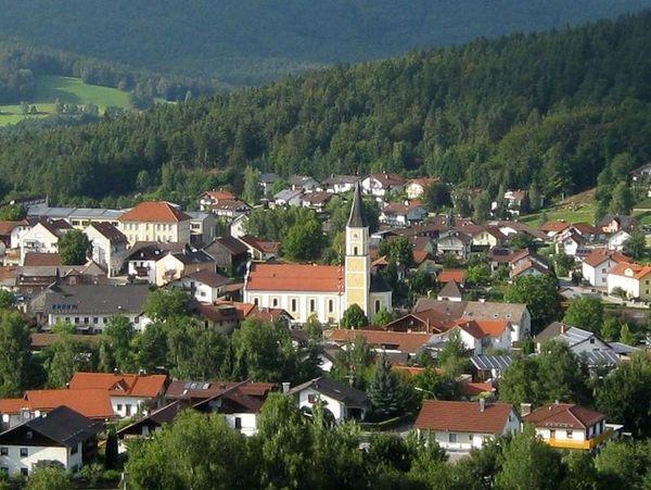 Thurmansbang liegt inmitten der langgestreckten Mittelgebirgslandschaft des Bayerischen Waldes zwischen Passau und dem Nationalpark Bayerischer Wald.