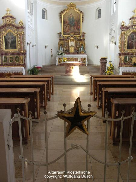 Blick auf den Altar-Raum der Klosterkirche der Abtei ST. JOSEF in Thyrnau