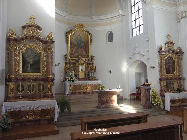 Blick auf den Hochaltar in der Klosterkirche der Abtei ST. JOSEF in Thyrnau