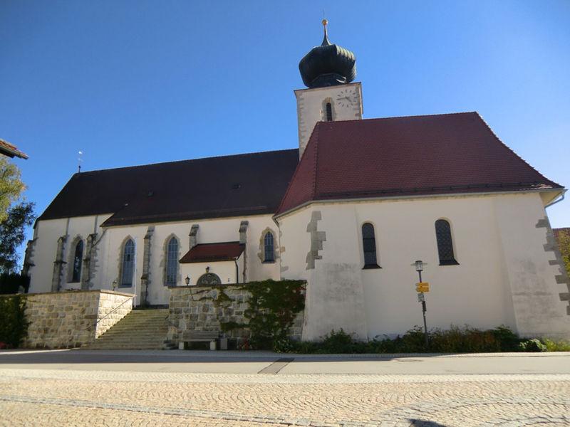 Blick auf die Pfarrkirche SANKT BLASIUS in Kellberg in den Donau-Perlen im südlichen Bayerischen Wald