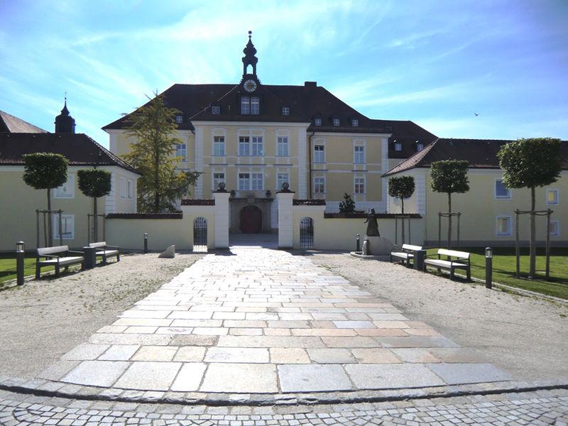 Blick auf Zisterzienserinnen-Abtei ST. JOSEF in Thyrnau im südlichen Bayerischen Wald