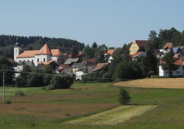 Inmitten einer reizvollen, waldreichen Landschaft im Dreiwäldereck Bayerischer-, Böhmischer- und Oberpfälzer Wald liegt der Erholungsort Tiefenbach.