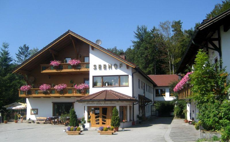 Blick auf das Hotel Seehof Tauer in Tittling