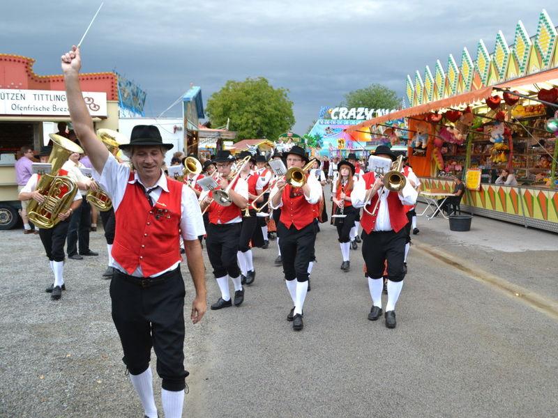 Festzug mit der Blaskapelle beim Volksfest in Tittling im Bayerischen Wald