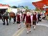Pferdegespann und Trachtenverein beim Volksfest-Festzug in Tittling im Bayerischen Wald