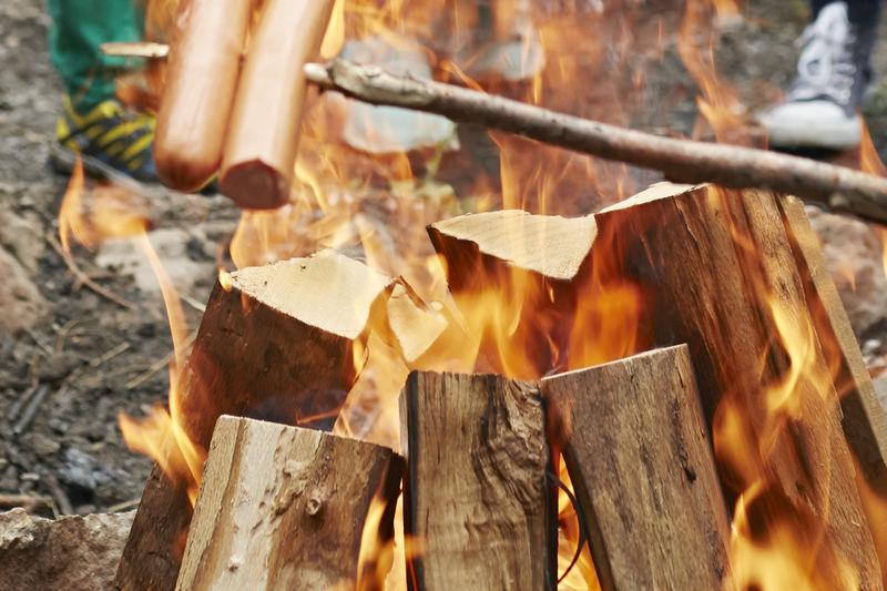 Grillgut über dem Feuer