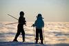 Skifahrer über dem Nebel