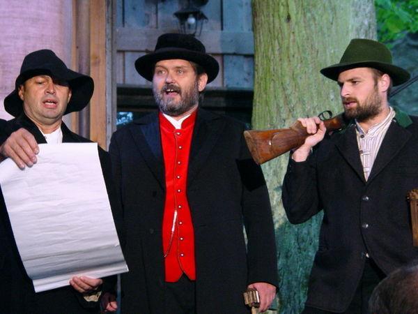 Szene aus dem Stück Hoberfeldtreibn beim Theater auf Burg Neuhaus bei Schorndorf