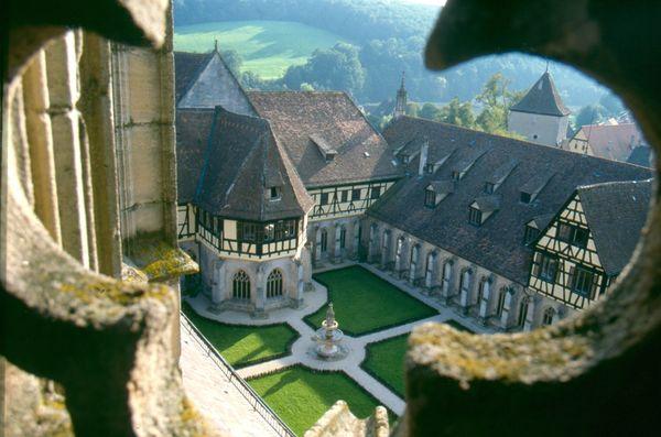 Kloster Bebenhausen, Blick auf den Kreuzgarten durch ein Fenster