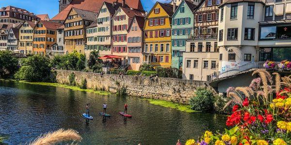 Stand-Up-Paddleling auf dem Neckar vor der Neckarfront in Tübingen