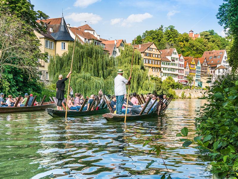Stocherkahnfahren vor Tübingens Neckarfront