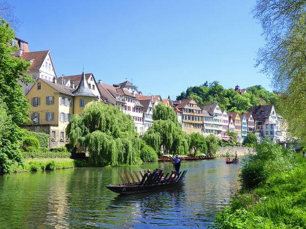 Neckarfront mit Stocherkahn