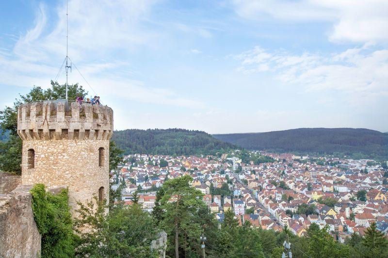 Ausblick von der Ruine Honberg auf den Zinnenturm im Vordergrund und Tuttlingen