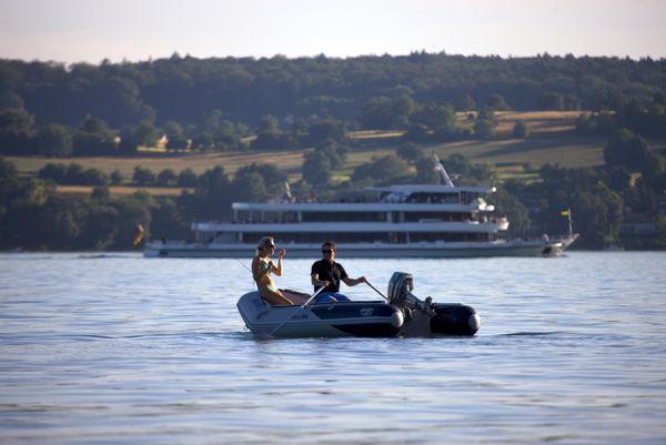 Ruderboot auf dem Bodensee vor der MS Überlingen