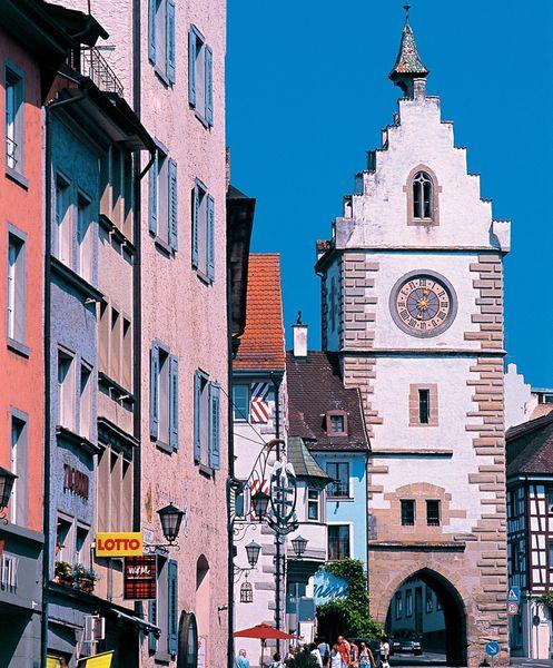 Franziskanertor in Überlingen am Bodensee, von der Franziskanerstraße aus gesehen