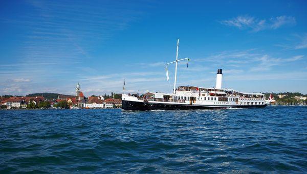 Das Dampfschiff Hohenwiel vor Überlingen am Bodensee