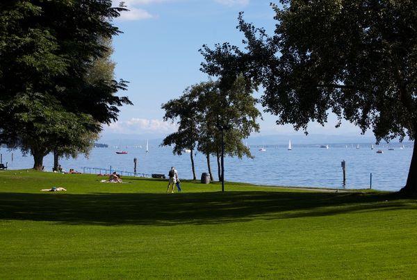 Liegewiese im Bodensee-Strandbad Ost in Überlingen