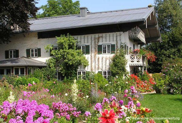 Außenansicht Künstlerhaus Exter mit blühendem Garten.