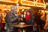 Glühweintrinken auf dem Ulmer Weihnachtsmarkt
