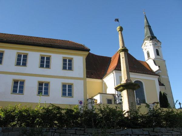 Blick über den Pranger zur Pfarrkirche in Untergriesbach - Copyright: Tourist-Information Untergriesbach