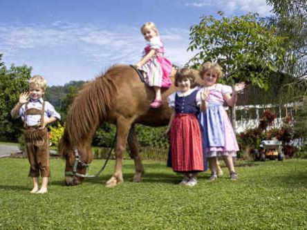 Kinderspaß mit Pferden auf dem Ferienhof Jungwirth bei Untergriesbach