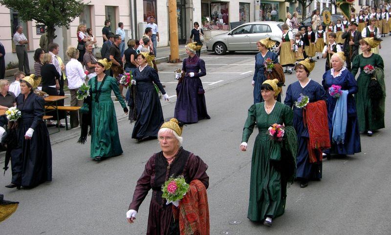Festumzug der Goldhaubenfrauen in Untergriesbach