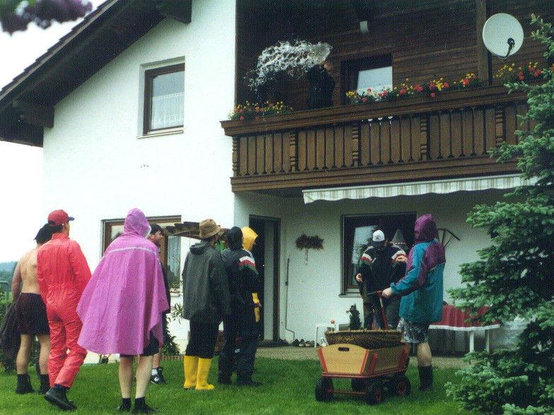 Burschen und Mädchen singen am Pfingstsonntag vor den Häusern in Untergriesbach