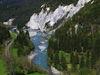 Der Rhein schlängelt sich durch die Rheinschlucht. Rundherum Felswände und Wald.