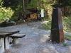Grillplatz mit einem Steintisch und Bänkli.