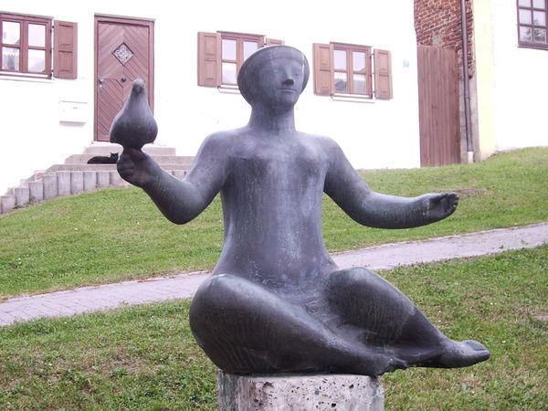Skulptur Mädchen mit Taube am Brenninger Rundweg.