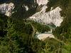 Der Rhein schlängelt sich durch die Rheinschlucht. Steile Felswände und Wald rundherum.