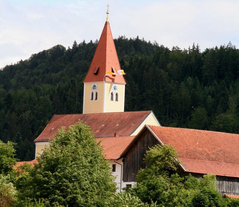 Blick auf die Filialkirche in Schönau bei Viechtach