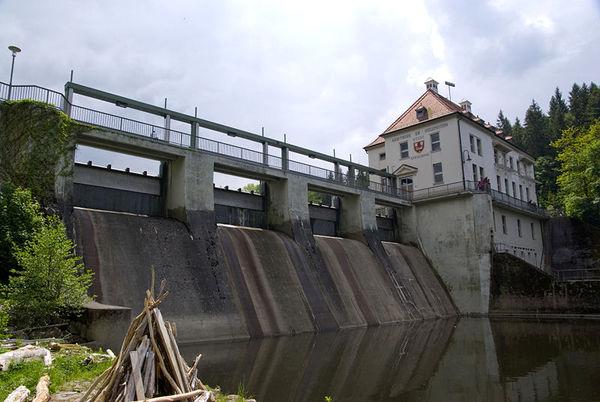 Das Kraftwerk am Höllensteinsee bei Viechtach im Bayerischen Wald