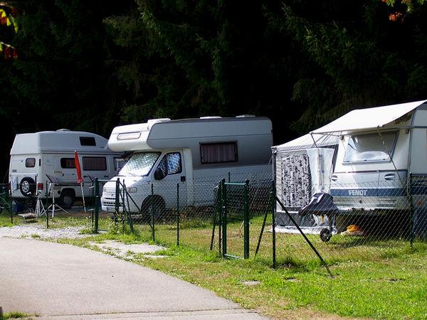 Eingezäunte Hundestellplätze im KNAUS Campingpark in Viechtach