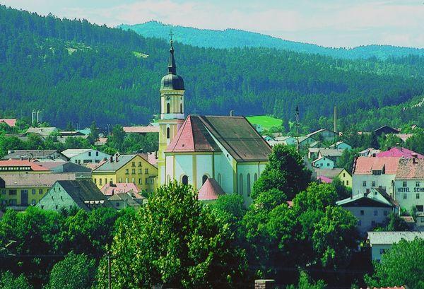 Blick auf die Stadtpfarrkirche Viechtach im ArberLand Bayerischer Wald