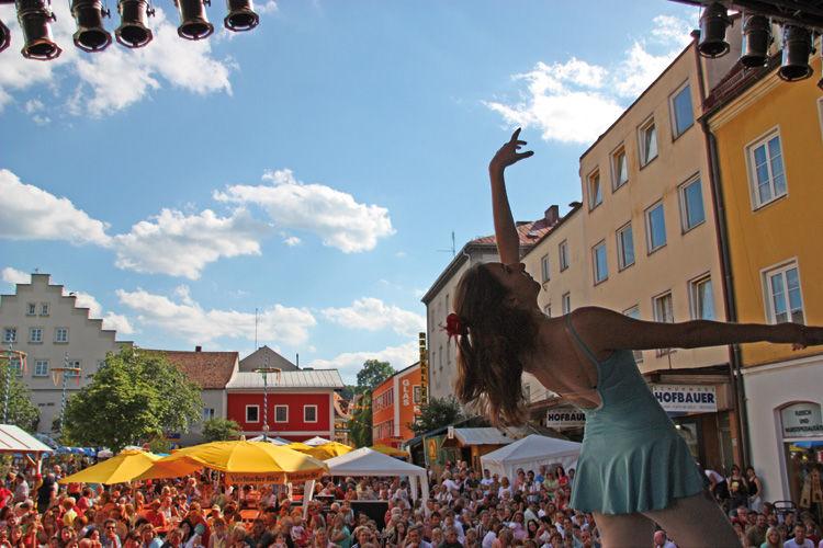 Tänzerin am Stadtplatz beim Viechtacher Bürgerfest