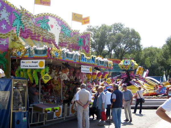 Buntes Treiben im Vergnügungspark beim Volksfest in Viechtach