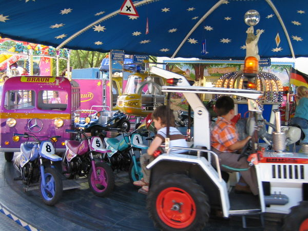 Spaß für die Kleinen im Kinderkarussell beim Viechtacher Volksfest