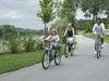 Radler-Familie auf dem Donauradweg bei Windorf im Bayerischen Donautal unterwegs