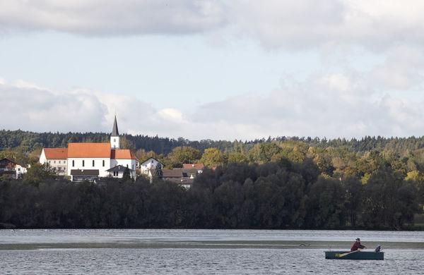 Der Vilstalstausee liegt am Vilstal-Radweg